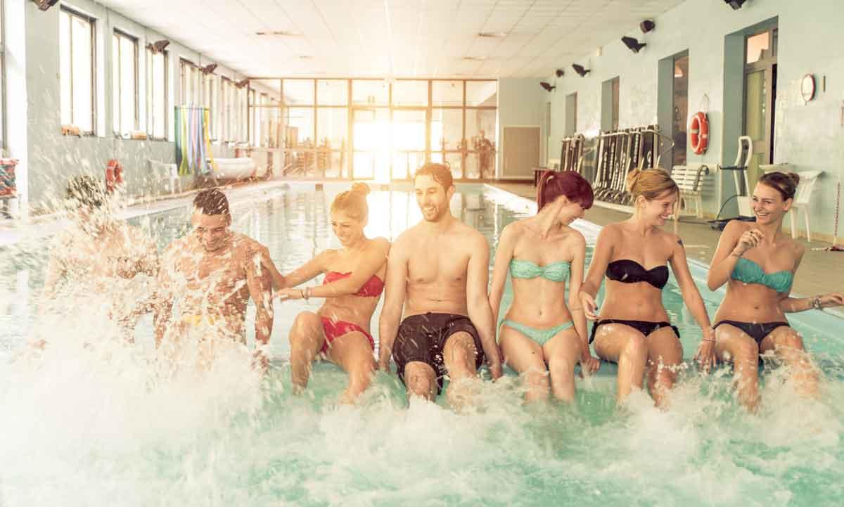 vrienden in hotel met binnenzwembad